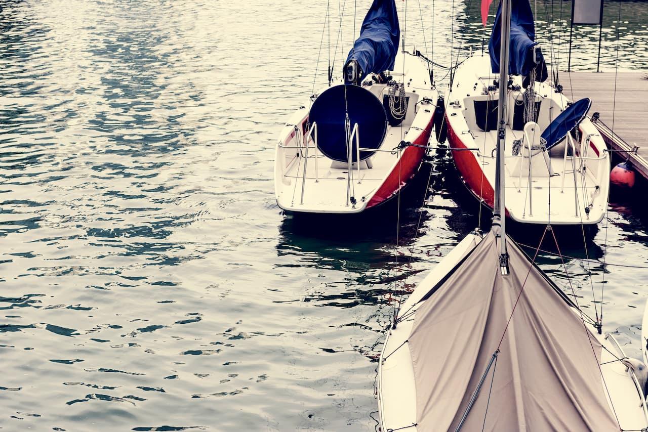 segelbåtar-vid-bryggan